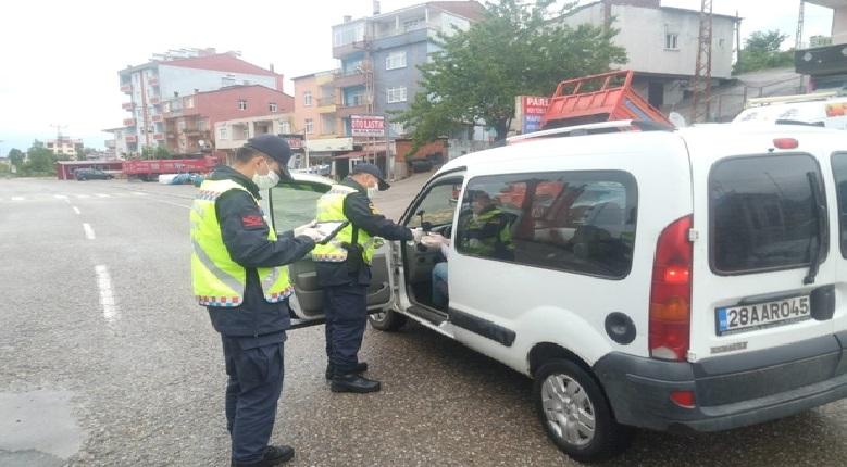 Giresun'da Jandarma Trafik Ekipleri Kolonya ve Şeker Dağıttı