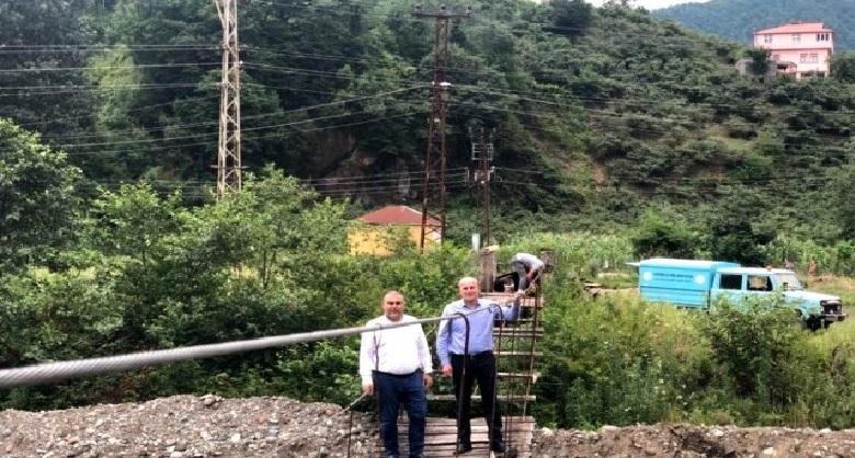 Görele'de Mahalle sakinleri tarafından yıllar önce yapılan asma köprü onarılıyor...